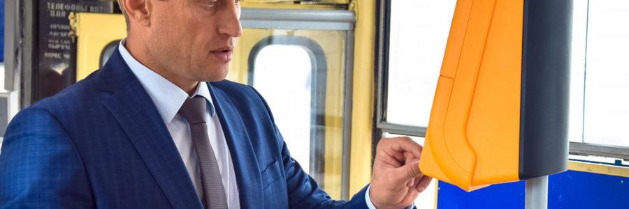 Глава администрации Евпатории протестировал работу валидатора в трамвае